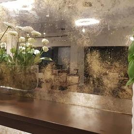 Ciąg luster postarzanych w Restauracji & Hotelu Mistral - odcienie złote Marki Warszawa 2020