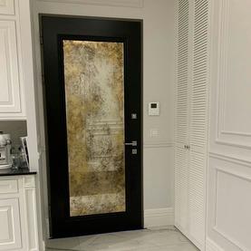 Lustro postarzane w odcieniach złota na drzwiach frontowych - Hol / Wilanów 2020