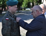 Józef Bojarski wręcza medal ZPS