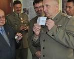Józef Bojarski otrzymuje Odznakę Pamiątkową Bieszczadzkiego Oddziału SG