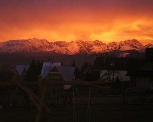 Wakacyjny zachód słońca widok z okna