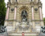 Plac Św. Michała z posągiem i fontanną