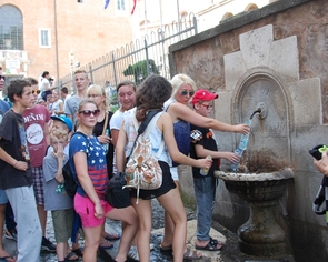 Wycieczka do Rzymu zorganizowana wychowankom Domu Dziecka w Pawłówce