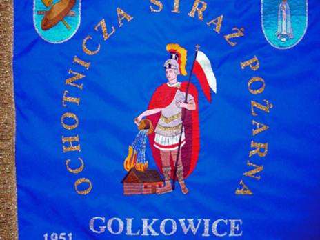 Na niebieskiej stronie sztandaru nad świętym Florianem – patronem strażaków widnieją herb Golkowic i  Matka Boża Fatimska – Patronka parafii