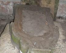 płyty nagrobne zgromadzone wewnątrz grobowca