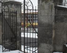brama przy cmentarzu