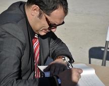 Gert Aerts, dyrektor generalny Lely Eas wpisuje się do księgi pamiątkowej