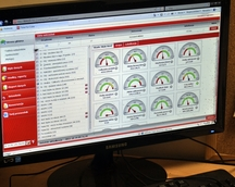 Komputer wyświetla na monitorze wyniki pracy robotów