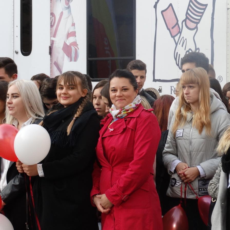 Biało czerwone elementy, wspólne odśpiewanie hymnu- tak uczciły ten wielki dzień wszystkie jeleniogórskie szkoły