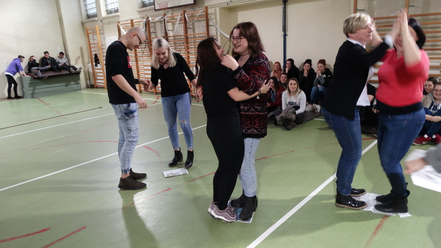 Taniec na gazecie