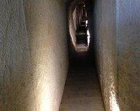Wzmocnione ściany sztolni- bardzo wąskie przejście