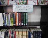 Nowości książkowe znajdziesz na tym regale ..