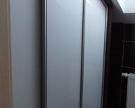 Zabudowa wnęki ze skosem w łazience - idealne miejsce na środki czystości i zapas czystych ręczników.