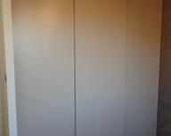 Drzwi przesuwne Heliodor z wypełnieniem lakier mat, z systemem cichego samodomykania Comfort Touch - bez widocznych ramek i uchwytów. Innowacyjny, niewidoczny system otwierania przez naciśnięcie drzwi.