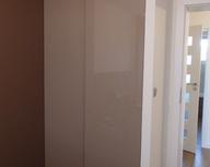 Bezramowy system drzwi przesuwnych z cichym domykiem Heliodor z wypełnieniem lakier.