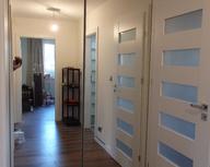 Bezramowy system drzwi przesuwnych z cichym domykiem Heliodor z lustrami.