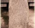 Cmentarz w Kozinie - kamień będący podstawą ołtarza polowego z widocznym herbem rodu von Zitzewitz i datą 1802