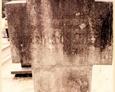 Cmentarz w Kozinie - krzyż kamienny z widoczną lecz nieczytelną inskrypcją