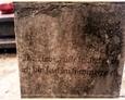 Cmentarz w Kozinie - jedyna czytelna inskrypcja na kamiennym krzyżu