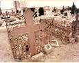 Stare nagrobki z żeliwnymi krzyżami na cmentarzu w Stężycy