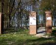 Brama prowadząca na teren dawnego cmentarza w Sąpolnie