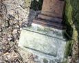 Podstawa pod krzyż z kawałkiem dolnej części ułamanego krzyża