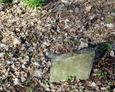 Pozstałości nagrobków na terenie cmentarza