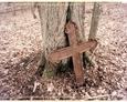 Żeliwny krzyż na cmentarzu w Dziechlinie