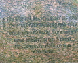 Napis na kamieniu jest dobrze widoczny dzięki poprowadzeniu czarnej farby w wyżłobieniach napisu