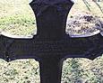 Jeden z żeliwnych krzyży na cmentarzu w Lipuszu