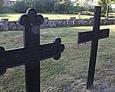 Żeliwne krzyże na terenie cmentarza przykościelnego w Lipuszu