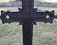 Jeden z żeliwnych krzyży z polskimi napisami