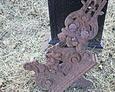 Fragment zniszczonego żeliwnego krzyża