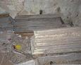 Zdewastowane trumny w kaplicy grobowej Bach-Żelewskich w Lipuszu