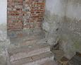 Zamurowane wejście do kaplicy