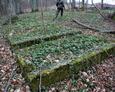 Kamienne ramy mogił zniszczonych nagrobków