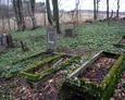 Zniszczone nagrobki na ewangelickim cmentarzu w Mierzynie