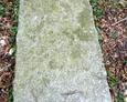 Przewrócony kamienny obelisk nagrobny