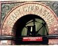 Napisy znajdujące się nad drzwiami Szkoły Podstawowej nr 3 – Stadt Gymnasium