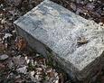 Przewrócony kamienny postument