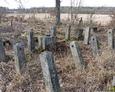 Kolejne pole nagrobne z pozostałościami ogrodzenia