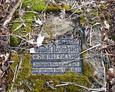 Częściowo rozbita tablica inskrypcyjna