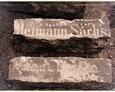 Fragmenty płyt nagrobnych w murach szkoły