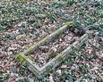 Kamienna rama wyznaczająca pochówek