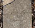 Pęknięta tablica z widocznym napisem