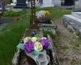 Jeden ze starszych nagrobków na miejscowym cmentarzu