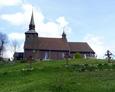 Drewniany kościół pw. św. Marcina z Tours/ widoczne stacje drogi krzyżowej