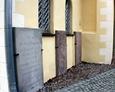 Płyty nagrobne przytwierdzone do wschodniej ściany kościoła.