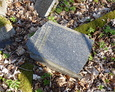 Zniszczone nagrobki, których pozostałości zrzucono jeden na drugim