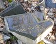 Fragment kamiennego rozbitego krzyża